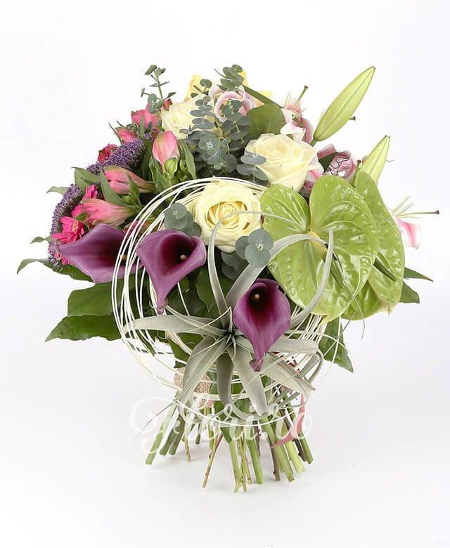 1 crin roz, 3 trandafiri albi, 3 cupe cymbidium galben, 3 gerbera roz, 3 alstroemeria roz, 2 anthurium verde, 3 cale mov,3 trachelium mov, curly, verdeață