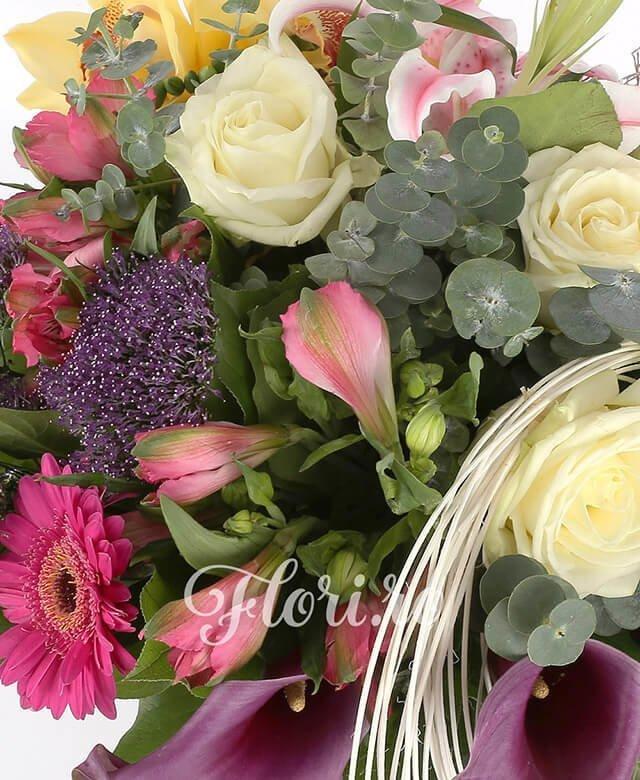 1 crin roz, 3 trandafiri albi, 1 cymbidium galben, 3 gerbera ciclam, 3 alstroemeria roz, 2 anturium verde, 3 cale mov,3 trachelium mov, tilancia, curly, frunze aralia, frunze salal, eucalypt