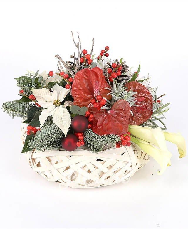 3 cale albe, 3 anthurium roșu, 2 ilex, 2 flori poisenția albă, 2 alstroemeria albă, 2 conuri brad, brad, lavanda, 2 globulețe, crengi decorative, coș răchită