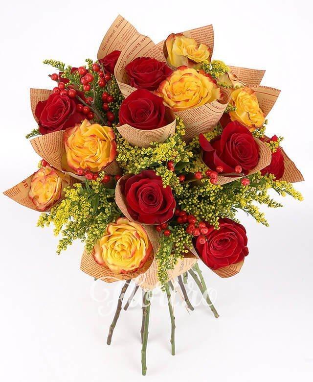 6 trandafiri galbeni, 9 trandafiri roșii, solidago, ilex