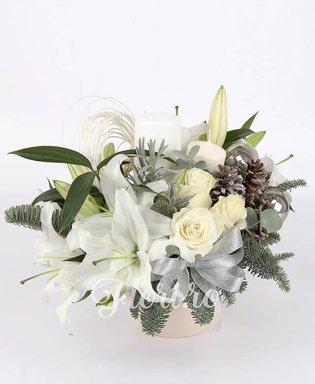 2 crini albi, 3 trandafiri albi, 2 brunia rozmarin, 3 globuri, curly, 3 conuri, brad, crengi decor, 2 lumânări