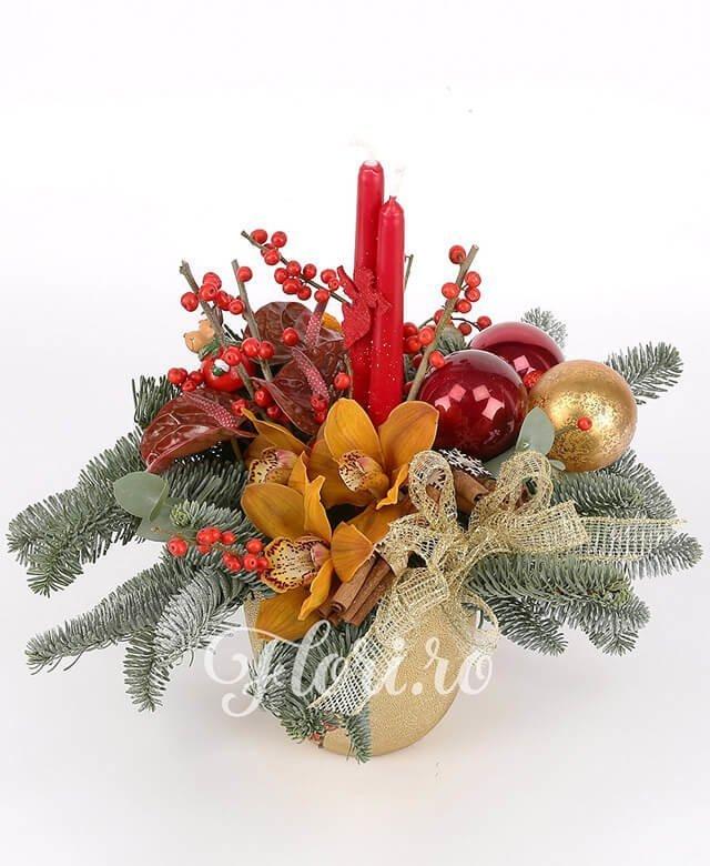 anthurium roșu, ilex,  cymbidium galben,  globuri, fructe uscate,  lumânări, brad