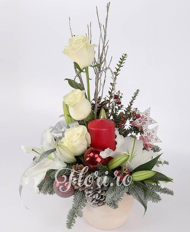 1 crin alb, 3 trandafiri albi, conuri, 3 globuri, 2 hypericum roșu, crengi decor, brad, steluțe decor, lumânare