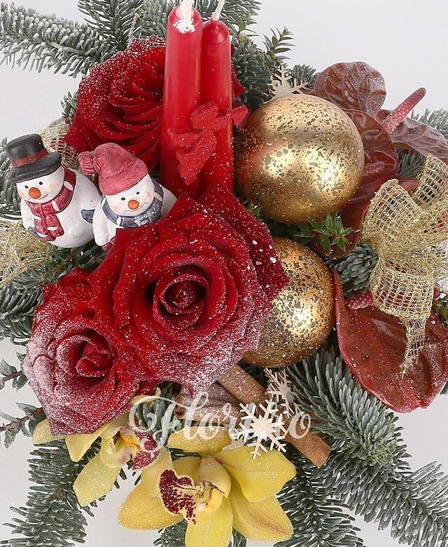 3 trandafiri roșii, 3 anthurium roșu, 2 hypericum roșu, 1 cymbidium galben, 2 lumanari mici, brad, decorațiuni crăciun