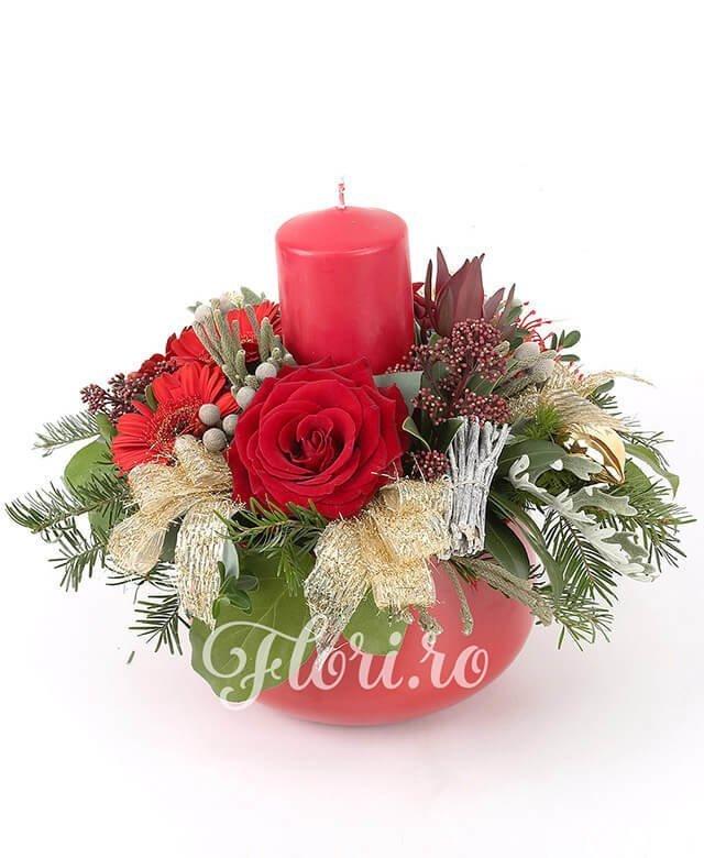 2 trandafiri roșii, 3 gerbera roșie, 1 leucospermum, 1 leucadendron, crengi decor, brad, decorațiuni crăciun