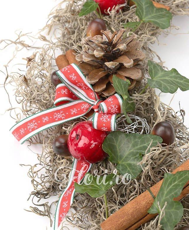 scorțișoară, conuri, mere decor, globulețe, fundițe, ghinde, iedera