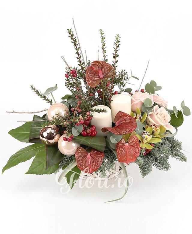 3 trandafiri roz, 4 anthurium roșu, 5 hypericum roșu, 1 cymbidium verde, 3 globuri, 2 lumânări, tillandsia, brad, verdeață