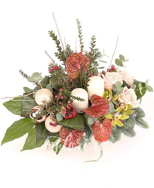 trandafiri roz,  anthurium roșu,  hypericum roșu,  cymbidium verde,  globuri,  lumânări, tillandsia, brad, verdeață