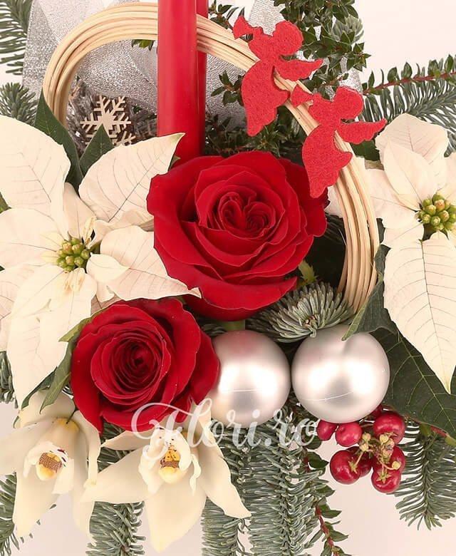 2 trandafiri roșii, 2 poisenția albă, 1 cymbidium alb, 2 hypericum roșu, 2 globuri, 2 lumânări, curly, brad
