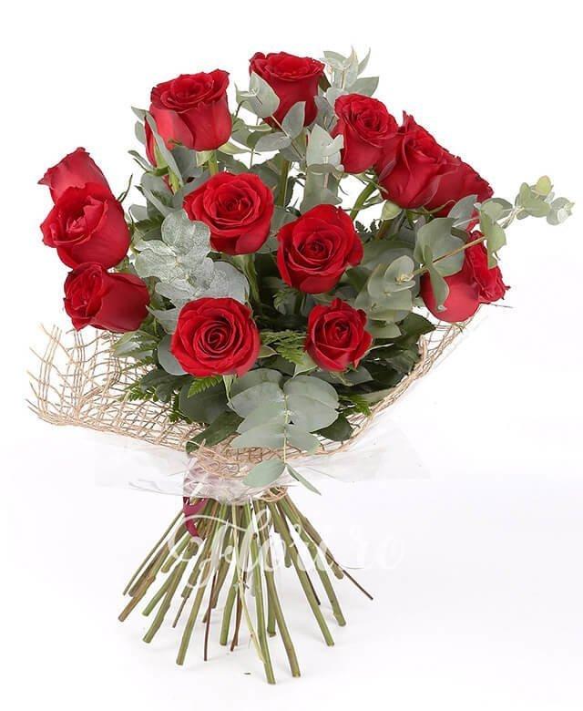 19 trandafiri roșii, verdeață