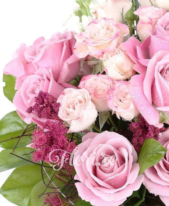 7 trandafir roz, 3 miniroze bubbles roz, 3 floare orez,1 brasica, 2 frunze anthurium, salal, 1 suport nuiele, beargrass, 3 fire matiola