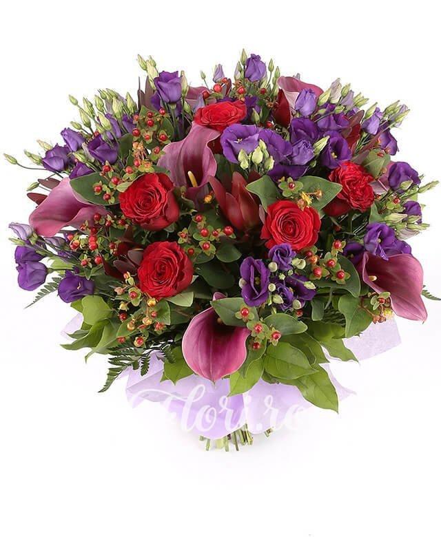 7 lishiantus mov, 7 cale mov, 7 trandafiri roșii, 7 hypericum roșu, 5 fire leucadendron, verdeață
