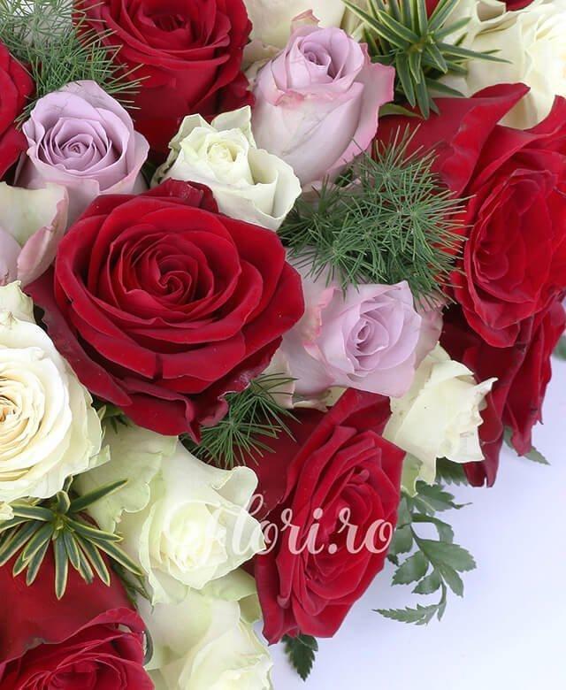 suport inima, 30 trandafiri rosii, 25 trandafiri albi, 25 trandafiri mov, asparagus, feriga, rozmarin