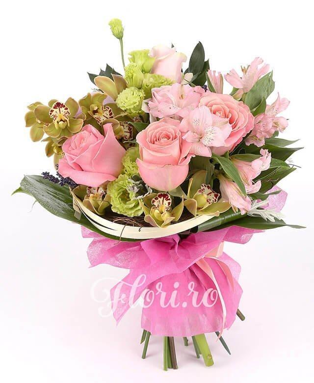 5 trandafiri roz, 2 alstroemeria roz, 1 cymbidium verde, 2 lisianthus roz, curly, levănțică, verdeață