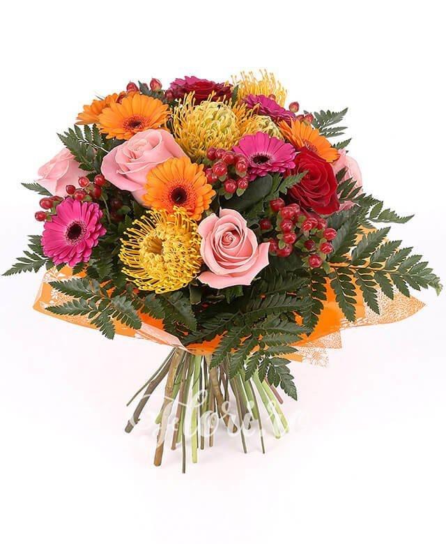 3 trandafiri roz, 2 trandafiri roșii, 5 hypericum roșu, 4 gerbera roz, 4 gerbera portocalie, 4 leucospermum galben, verdeață