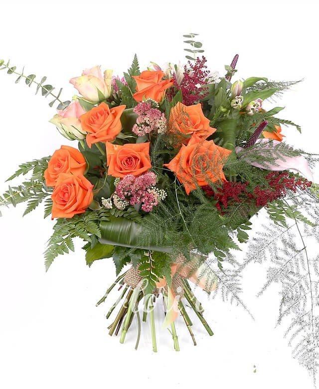 7 trandafiri portocalii, 3 trandafiri roz, 2 anthurium roz, 3 alstroemeria roz, 3 bouvardia roz, verdeață