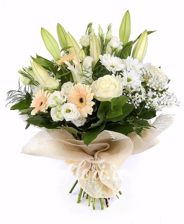3 crini albi, 3 gerbera, 3 trandafiri albi, 5 lisianthus alb, 2 crizanteme albe, verdeață