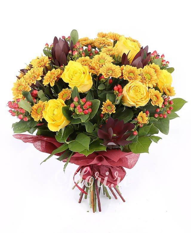 5 trandafiri galbeni, 4 leucadendron, 5 santini crizantemă portocalie, 8 hypericum roșu, verdeață