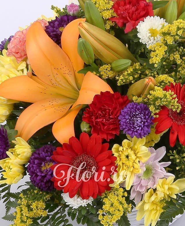 2 crini portocalii, 3 crizanteme galbene, 3 gerbera roșie, 5 garoafe roșii, 5 garoafe portocalii, 3 crizanteme mov, solidago
