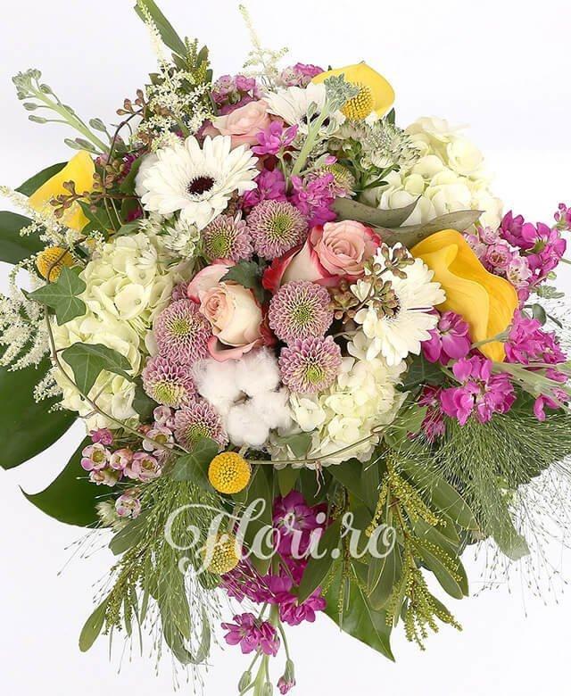 3 hortensia albă, 3 trandafiri roz, 3 cale galbene, 3 santini roz, 4 matthiola roz, 3 gerbera albă, 3 craspedia, bumbac, 5 astilbe, panicum, waxflower, verdeață