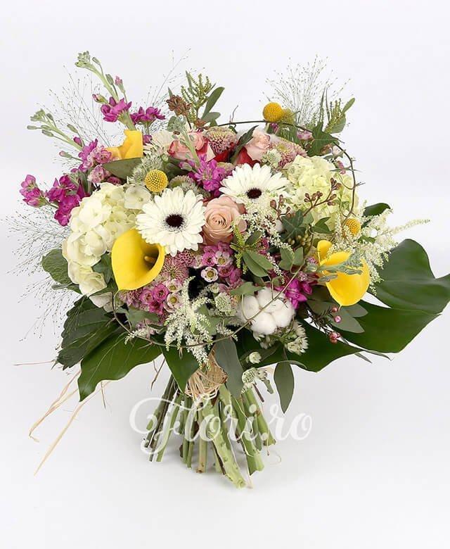 3 hortensia albă, 3 trandifiri roz, 3 cale galbene, 3 santini roz, 4 matthiola roz, 3 gerbera albă, 3 craspedia, bumbac, 5 astilbe, panicum, waxflower, verdeață