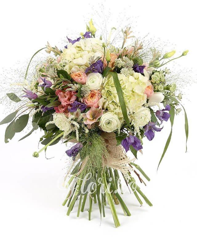 2 hortensia albă, 5 trandafiri roz, 3 alstroemeria roz, 3 lisianthus roz, 5 lalele albe, 10 ranunculus alb, 3 trachelium alb, 2 anigozanthos alb, 3 clematis, 5 astransia, brunia, 3 astilbe, panicum, eucalypt