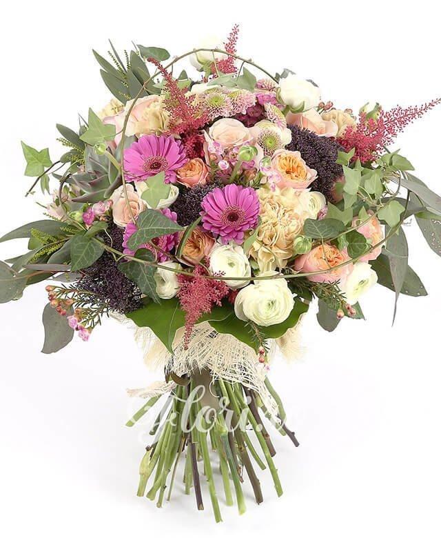 7 trandafiri roz, 3 gerbera roz, 3 santini roz, 5 garoafe ivoir, 15 ranunculus, 3 alstroemeria roz, 5 trachelium mov, 4 astilbe grena, waxflower, crasula, verdeață