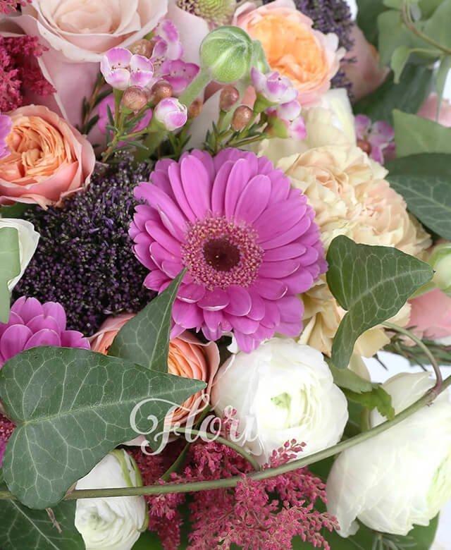 7 trandafiri roz, 3 gerbera ciclam, 3 santini roz, 5 garoafe banan, 15 ranunculus, 3 alstroemeria roz, 5 trahelium mov, 4 astilbe grena, waxflower, iedera, crasula, eucalypt