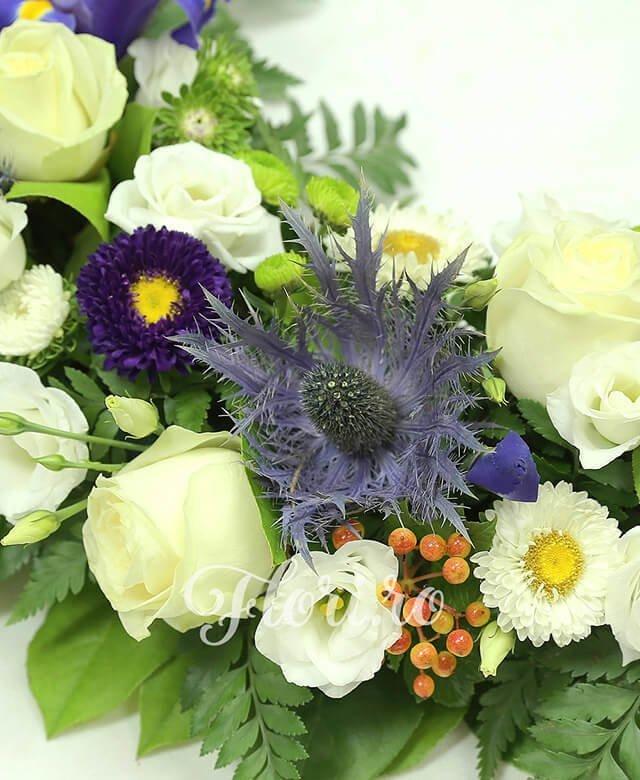 colac funerar, 10 trandafiri albi, 10 iris mov, 7 lisianthus alb, 5 eringium, 8 santini verde, 5 crizanteme albe, 8 hypericum, salal