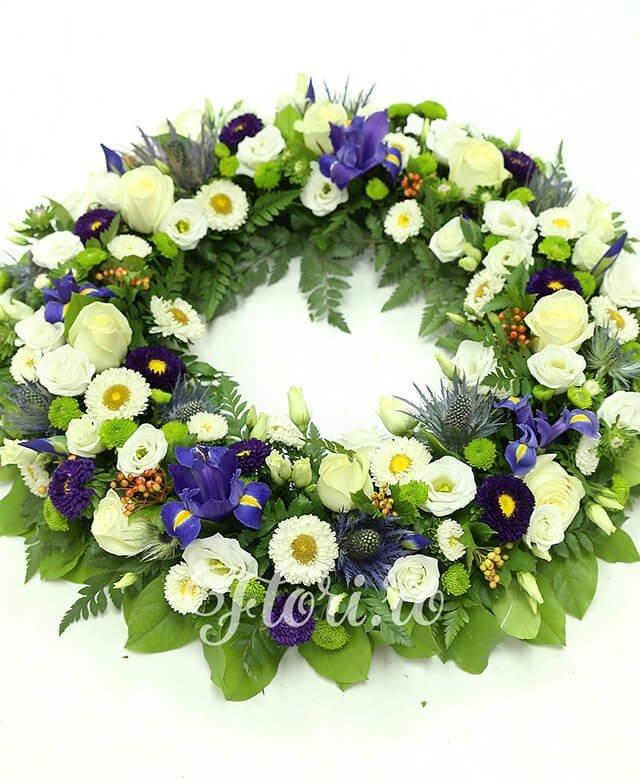 10 trandafiri albi, 10 iris mov, 7 lisianthus alb, 5 eryngium, 8 santini verde, 5 crizanteme albe, 8 hypericum, verdeață