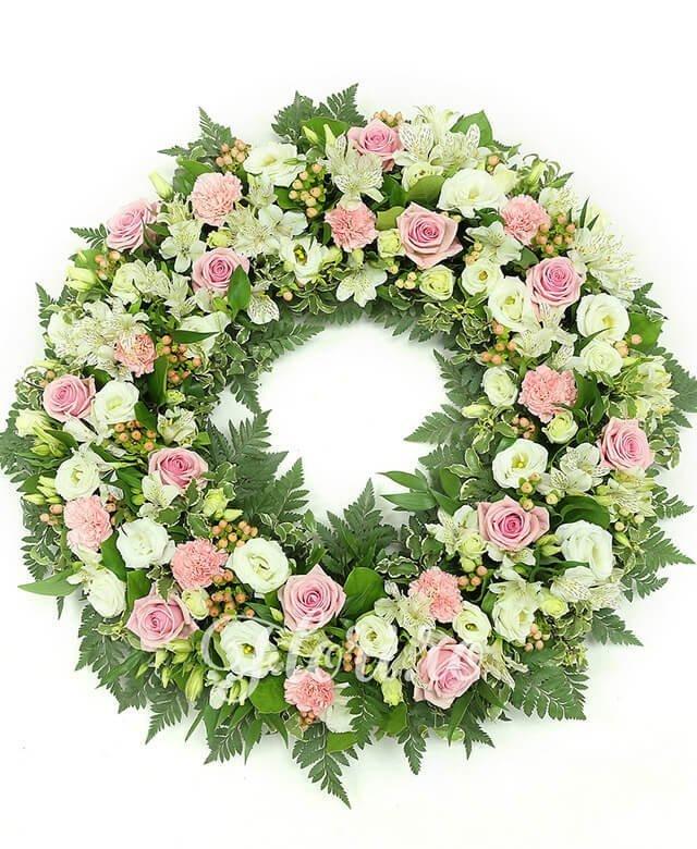 12 trandafiri roz, 10 garoafe roz, 10 alstroemeria albă, 10 lisianthus alb, 20 hypericum roz, verdeață