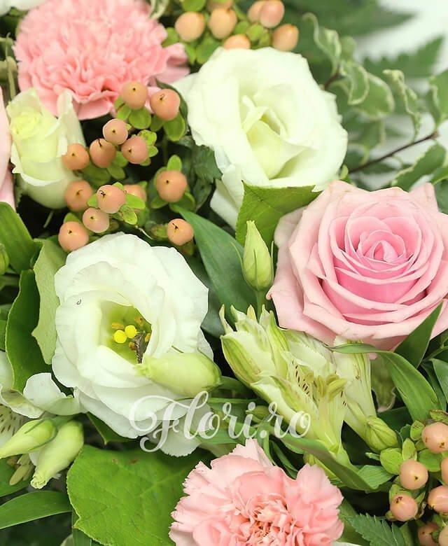 colac funerar, 12 trandafiri roz, 10 garoafe roz, 10 alstroemeria alba, 10 lisianthus alb, 20 hypericum roz, pittosporum, salal, ruscus