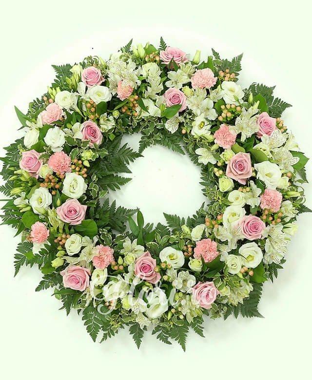 trandafiri roz,  garoafe roz,  alstroemeria albă,  lisianthus alb,  hypericum roz, verdeață