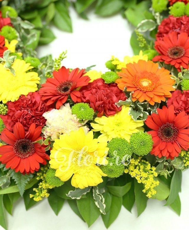12 gerbera roșie, 10 gerbera galbenă, 5 gerbera portocalie, 10 garoafe roz, 10 garoafe roșii, 4 crizanteme galbene, 8 santini verde, solidago, verdeață
