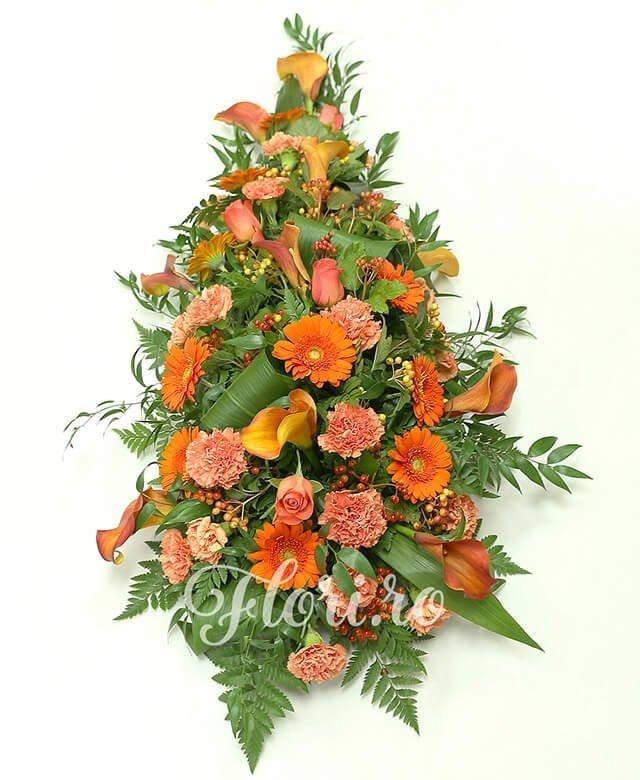 5 trandafiri portocalii, 10 cale portocalii, 10 gerbera portocalie, 12 garoafe portocalii, 5 hypericum roșu, verdeață