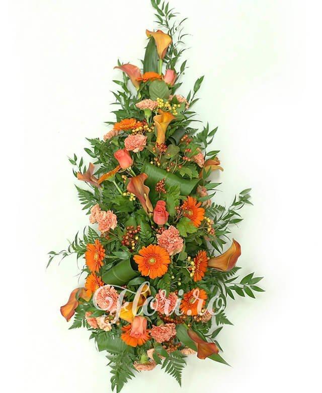 5 trandafiri portocalii, 10 cale portocalii, 10 gerbera portocalie, 18 garoafe portocalii, 10 hypericum roșu, verdeață