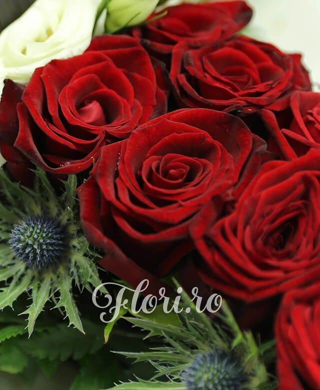 cruce funerara, 34 trandafiri rosii, 1 trandafir alb, 5 lisianthus alb, 10 eringium
