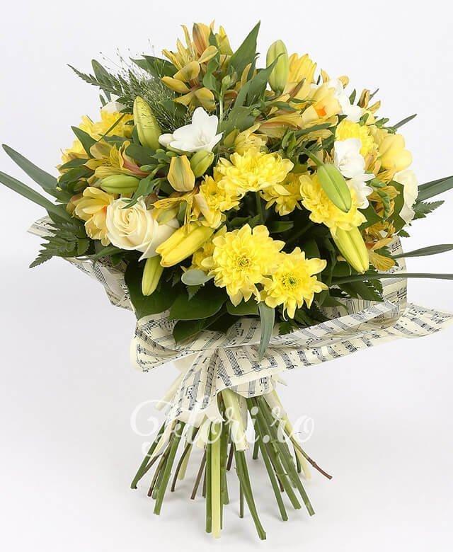 crini galbeni,  trandafiri albi,  frezii albe,  alstroemeria galbenă,  crizanteme galbene, verdeață