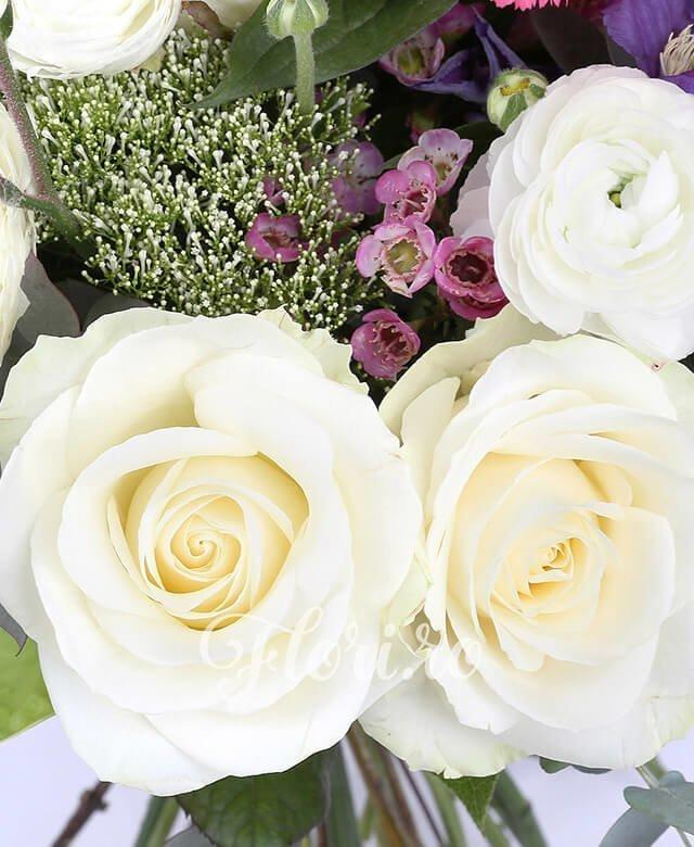 5 trandafiri albi, 10 ranunculus alb, 3 garoafe ciclam, 2 anthurium verde, waxflower, 2 anigozantos, 3 trahelium alb, 3 clematis, eucalypt, salal