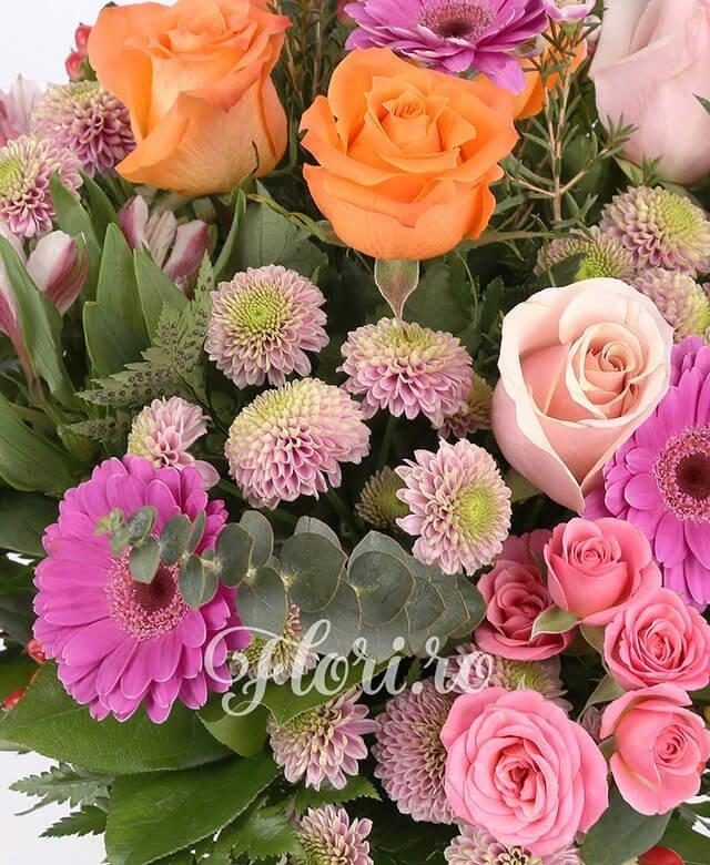 3 trandafiri roz, 3 tradafiri portocalii, 5 gerbera ciclam, 3 miniroze roz, 5 hypericum rosu, 3 alstroemeria roz, 3 santini roz, waxflower, eucalypt, aspidistra, salal