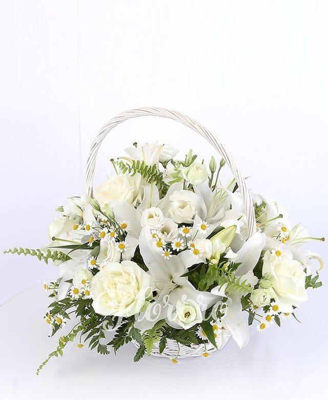 2 crini albi, 5 lisianthus alb, 5 trandafiri albi, 5 frezii albe, mușețel