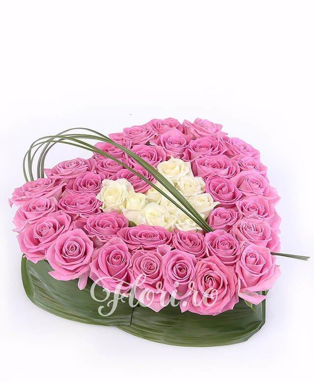 35 trandafiri roz, 10 trandafiri albi, verdeață