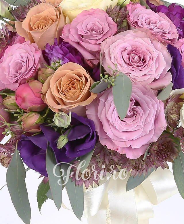 7 trandafiri roz, 5 trandafiri portocalii, 3 lisianthus crem, 3 lisianthus mov, 3 matthiola, verdeață