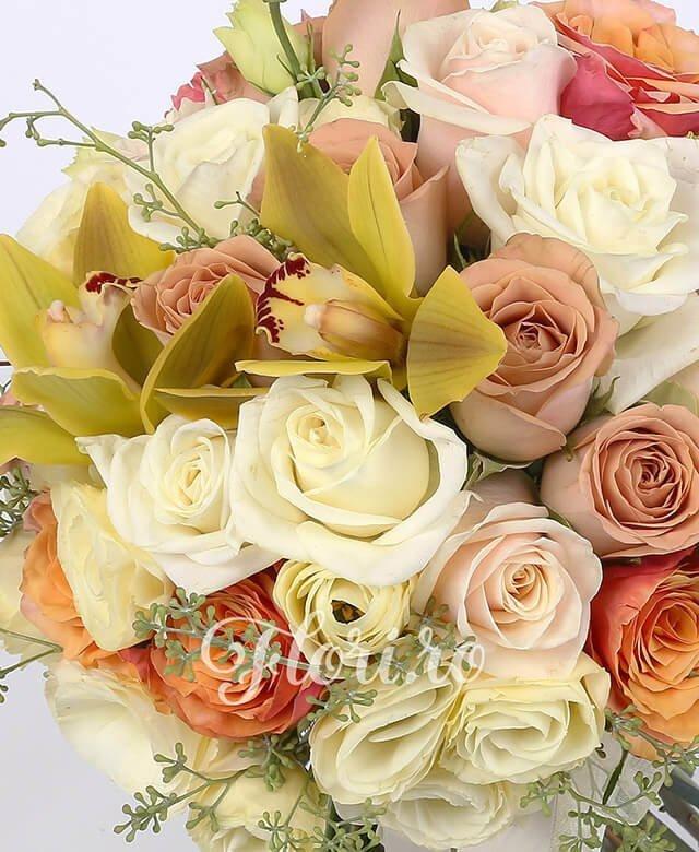 10 trandafiri albi, 7 trandafiri portocalii, 5 trandafiri crem, 5 trandafiri cappuccino, 5 lisianthus crem, cupe cymbidium verde, verdeață