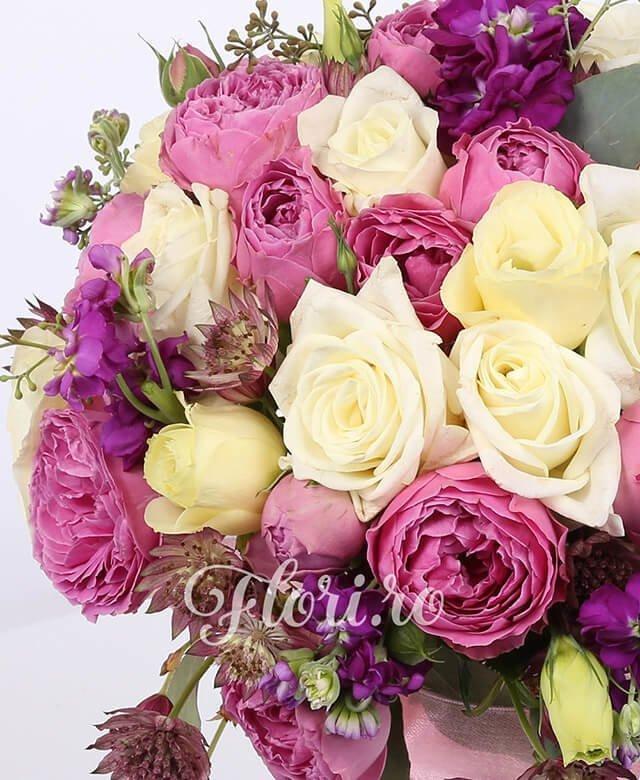 10 trandafiri albi, 10 miniroze roz, 5 lisianthus crem, 5 matthiola mov, astransia, verdeață