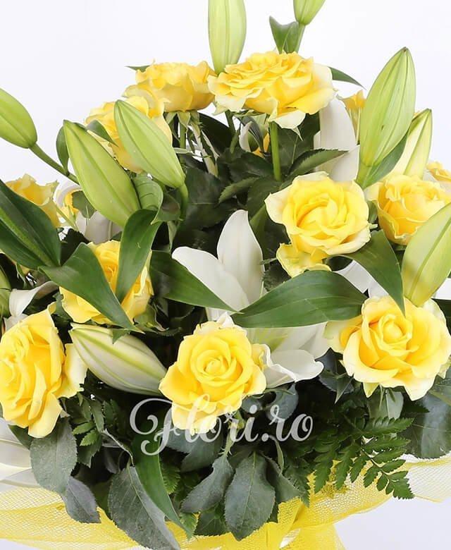 2 crini albi, 13 trandafiri galbeni