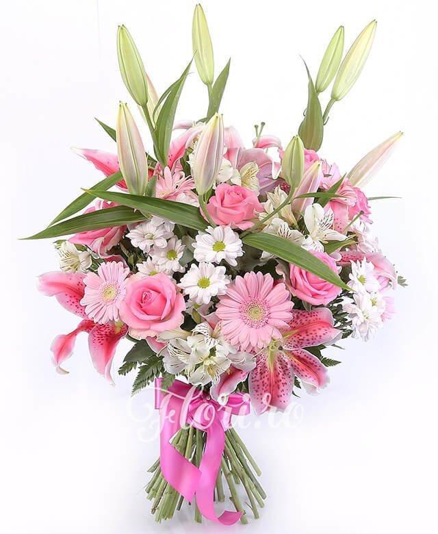 3 crini roz, 7 trandafiri roz, 5 gerbera roz, 4 crizanteme roz, 4 alstroemeria albă