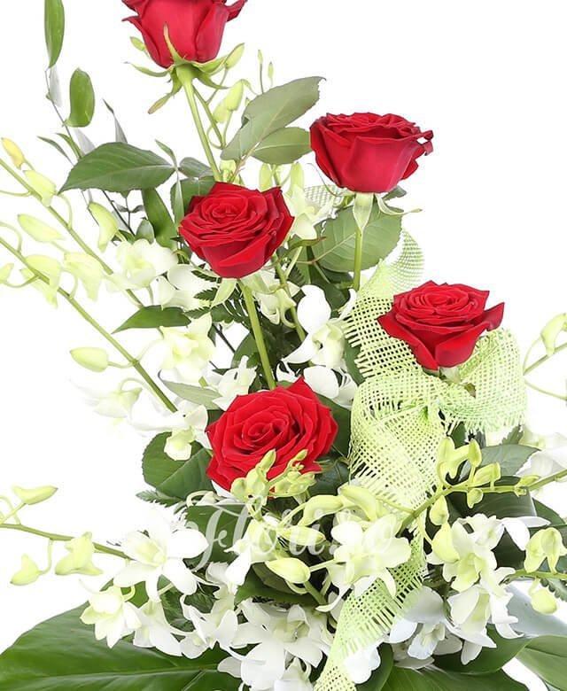 5 trandafiri roșii, 10 orhidee albe, verdeață