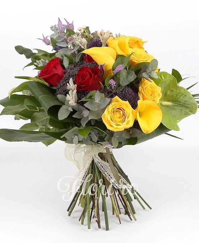 3 trandafiri portocalii, 4 trandafiri galbeni, 3 trandafiri roșii, 5 cale galbene, 3 trachelium mov, 2 anigozanthos, 2 anthurium verde, waxflower, clematis, verdeață