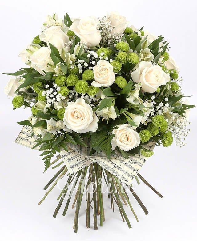 11 trandafiri albi, 10 alstroemeria albă, 8 santini verde, gypsophila